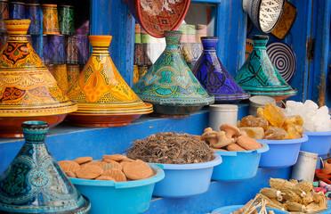 Plats à Tajine colorés sur un étale
