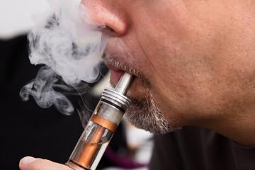 Mann mit elektrische Zigarette