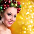 attraktive junge Frau mit Weihnachtskopfschmuck