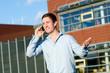junger mann telefoniert mobil