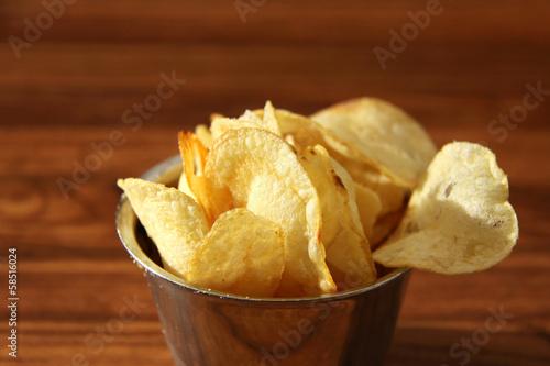 portion kartoffelchips in kleinem schälchen