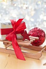 Kleiner Schlitten mit Geschenk zu Weihnachten