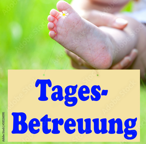 Foot of the child with Shield Day-care, Tages-Betreuung