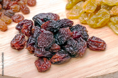 Heap dark raisins