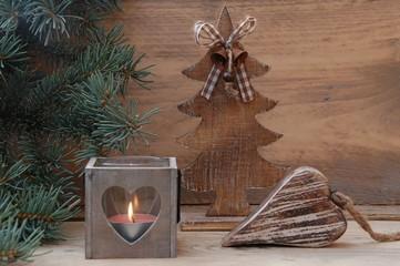 Holzdekoration mit Herz im Kerzenschein