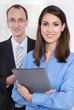 Attraktive Geschäftsfrau mit Arbeitskollege oder Chef