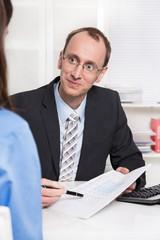 Mann im Beratungsgespräch im Büro mit einem Kunden