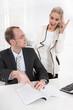 Zusammenarbeit: Mann und Frau sind unterschiedlicher Meinung