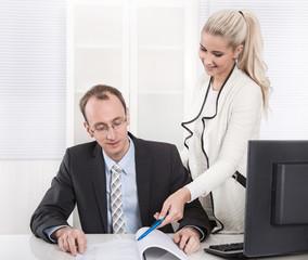 Gute Zusammenarbeit: Mann und Frau im Büro - Teamwork