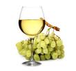 vino bianco con grappolo di uva
