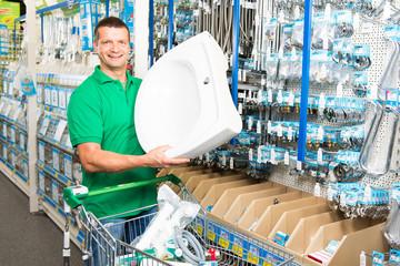 heimwerker kauft sanitärartikel