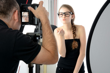 Fotograf und Fotomodell im Fotostudio
