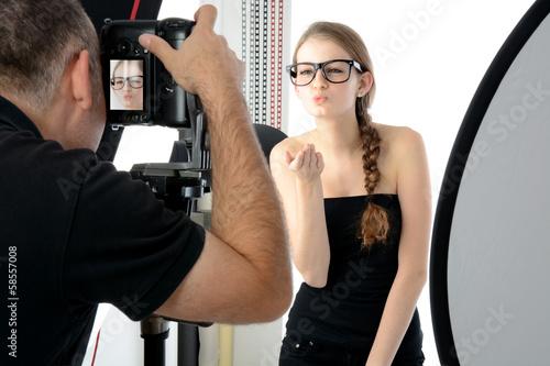 Fotograf und Fotomodell im Fotostudio - 58557008