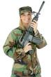 Soldat mit Sturmgewehr in Tarnkleidung