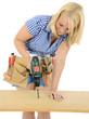 Weiblicher Handwerker bohrt