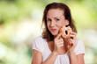 Frau isst süßes Gebäck