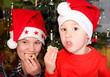Kinder naschen vom Weihnachtsteller