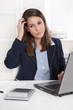Burnout - Frau mit Kopfschmerzen im Büro