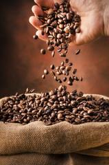 sacco riempito con chicchi di caffè