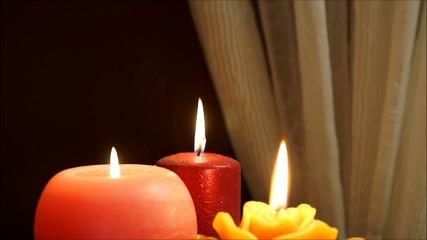 drei schöne warm leuchtende kerzen