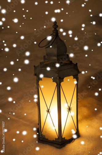 Laterne im Dunkeln mit Schnee