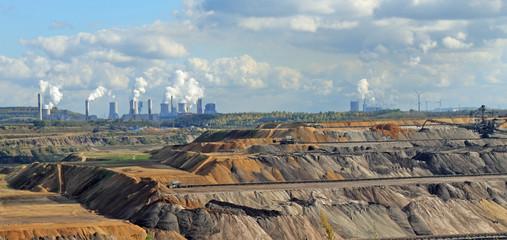 Braunkohleabbau in Garzweiler mit Kraftwerken