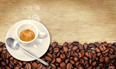 Tazzina di caffè con chicchi su legno