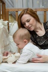 Молодая мама играет со своей дочкой