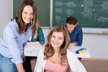 lächelnde schülerin und lehrerin in der klasse