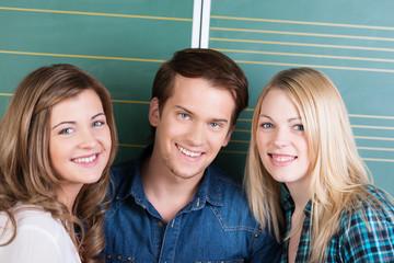 drei junge studenten vor der tafel