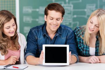 schüler zeigen tablet-pc