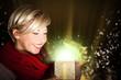 junge Frau öffnet Geschenk