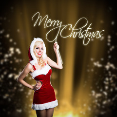 junge blonde Frau im Weihnachtsoutfit