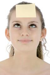 Teenager mit Haftnotiz auf Stirn