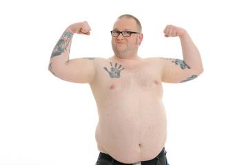 übergewichtiger mann lässt Muskeln spielen