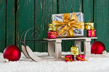 Weihnachtsschlitten vor Holzwand, Bretterwand