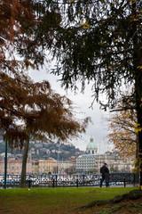 Como, giardini pubblici con il Duomo sullo sfondo