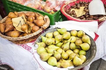 Pere,mele e castagne al mercato