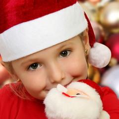 Primo piano di bambina che abbraccia Babbo Natale