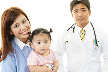笑顔の親子と医師
