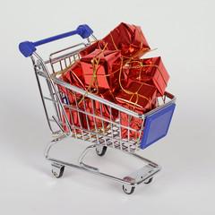 einkaufswagen mit geschenke