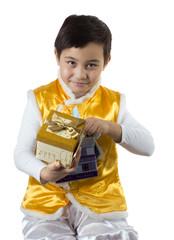 мальчик держит два подарка в руках