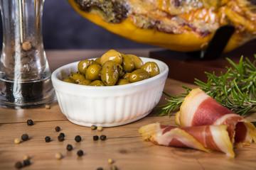 Oliven und Serranoschinken
