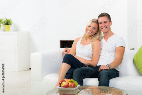 zufriedenes junges paar