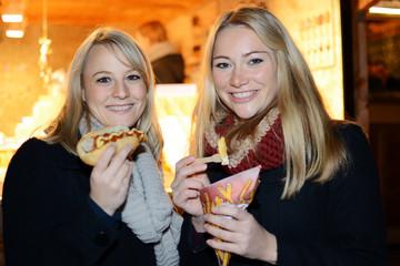 Freundinnen essen Fast Food