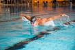 Mann schwimmt Schmetterling Stil in Schwimmbecken