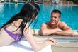 Paar hat Spaß in einer Badeanstalt