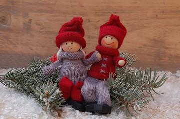 Puppenkinder winterlich auf Holz