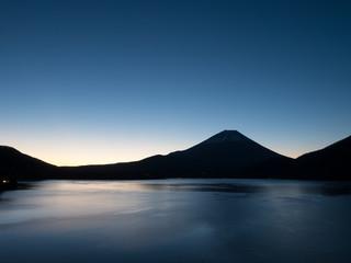 夜明け前の富士山と本栖湖