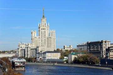 Панорама Москвы реки и высотки на Котельнической набережной.